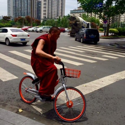 Cool photo of a monk on Mobike 😎🚲@erictsui